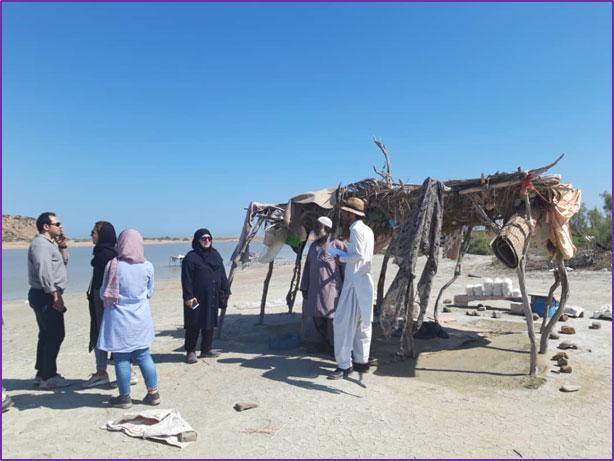 پرس و جوی تیم کارشناسان پروژه از افراد محلی در کنار دریاچه صورتی لیپار