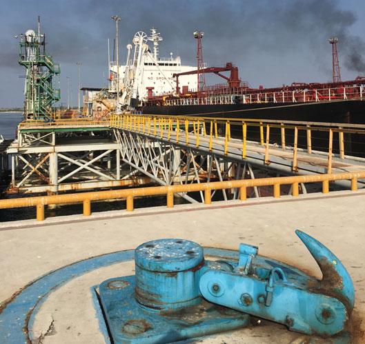 پهلوگیری شناورهای نفتی در اسکله