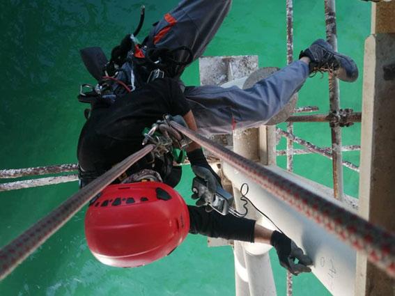 بازرسی از سازه و تجهیزات اسکله در حد فاصل عرشه اسکله تا سطح دریا ، توسط تیم های تخصصی کار در ارتفاع