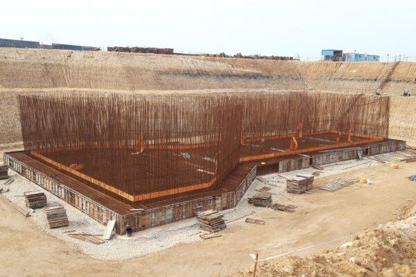 نمای دیوارهای حوضچه در مراحل آغازین ساخت حوضچه آبگیر