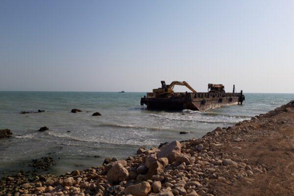 لایروبی مسیر دریایی با استفاده از بیل و بارج مکانیکی